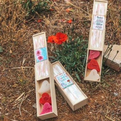 Κασετίνα ξύλινη για τη δασκάλα λουλουδάκια - κεράκια